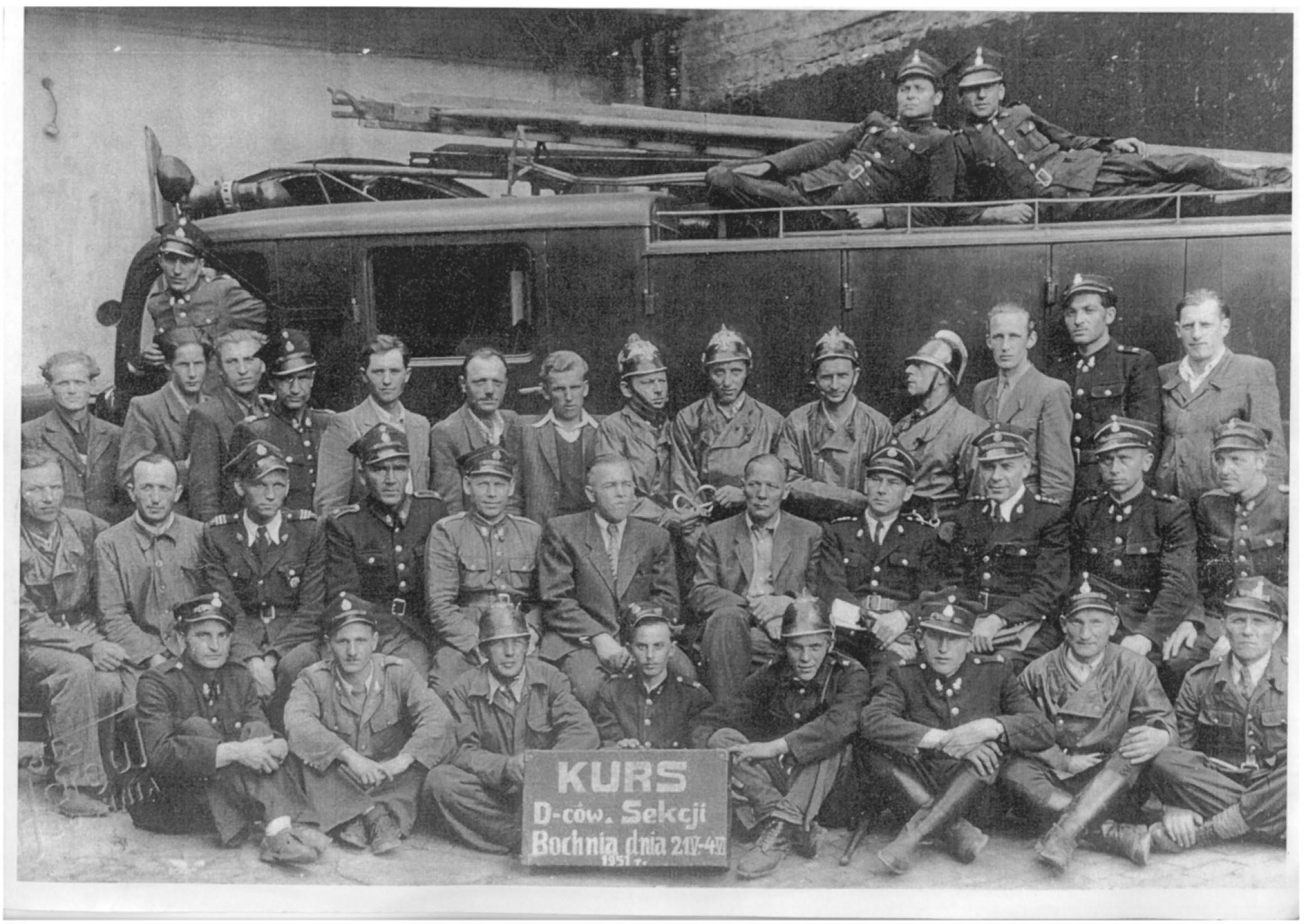 Grupowe zdjęcie zkursu podstawowego z1951r.